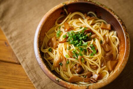JJapanese-style pasta with soy sauce tasted mushrooms Foto de archivo - 129753982