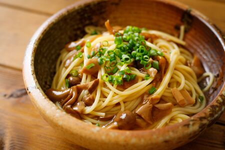 Japanese-style pasta with soy sauce tasted mushrooms Foto de archivo - 129754018