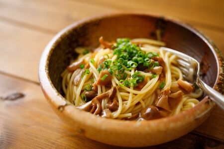 Japanese-style pasta with soy sauce tasted mushrooms Foto de archivo - 129754019