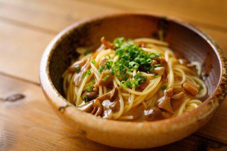 Japanese-style pasta with soy sauce tasted mushrooms Foto de archivo - 129754020