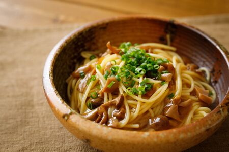 Japanese-style pasta with soy sauce tasted mushrooms Foto de archivo - 129754021