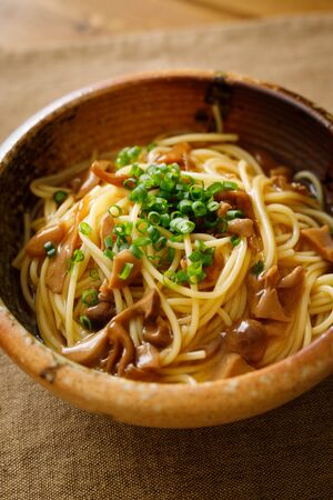 Japanese-style pasta with soy sauce tasted mushrooms Foto de archivo - 129754022