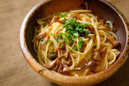Japanese-style pasta with soy sauce tasted mushrooms Foto de archivo - 129754023