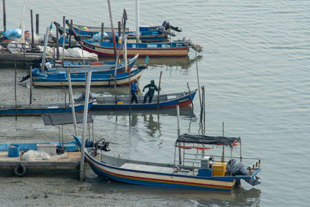 Butterworth, Penang/Malaysia - Jul 01 2018: Fishermen prepare go out the river to catch fish. 新闻类图片