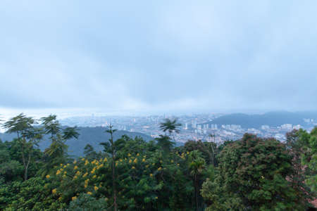 Sunrise of Penang Hill in misty day. Imagens