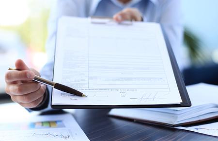 recursos financieros: Imagen de negocio documento que se muestra por las mujeres