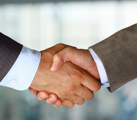 hand shake: apretón de manos en la oficina