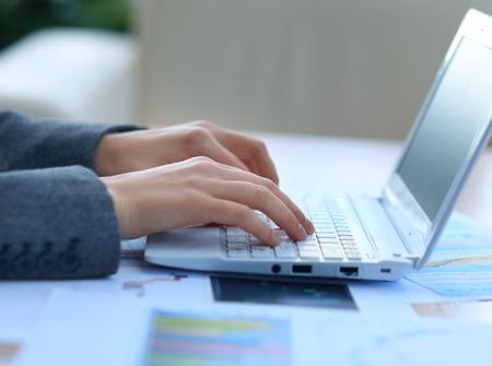 teclado numerico: Mujeres manos a escribir una letra en el teclado Foto de archivo