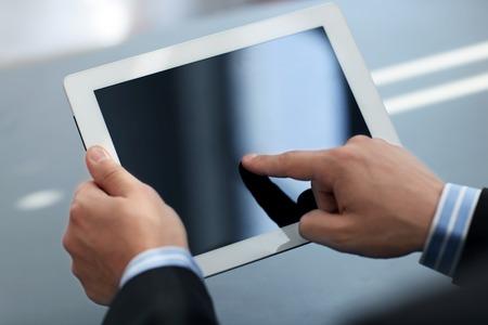 tableta: Obchodník drží digitální tablet