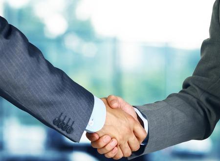 hand shake: Primer plano de una mano negocios estrechar entre dos colegas