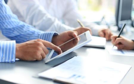 Asesor de negocios que analiza figuras financieras que denotan el progreso en el trabajo de la empresa Foto de archivo - 30610324