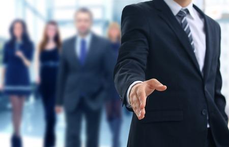 empresarial: Un hombre de negocios con una mano abierta listo para sellar un acuerdo