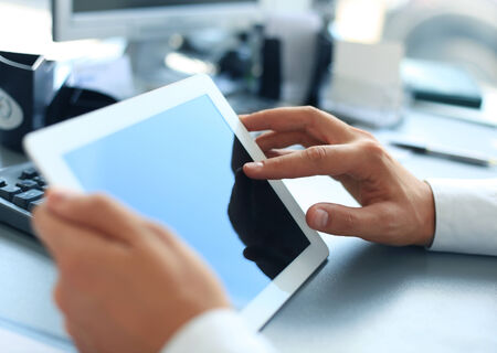 monitor de computadora: Empresario la celebraci�n de la tableta digital Foto de archivo
