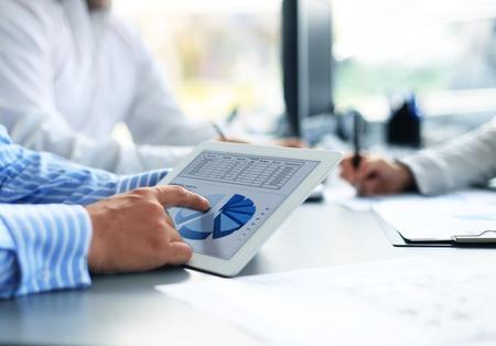Afbeelding van menselijke hand te wijzen op touchscreen in werkomgeving op de vergadering van Stockfoto