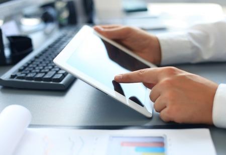recursos financieros: Manos de la empresaria con touchpad