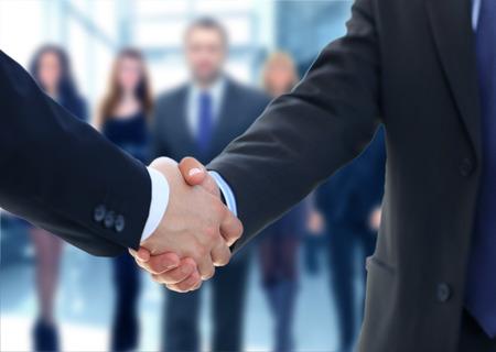 Primo piano di una mano d'affari stringere tra due colleghi