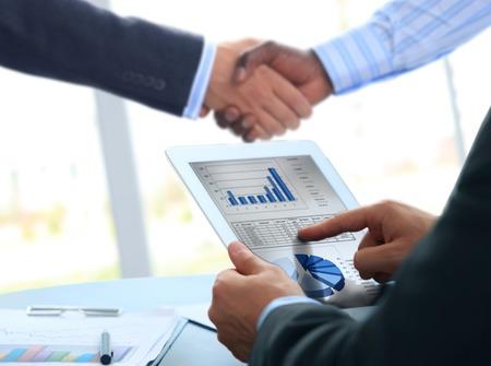 Socios de negocios dándose la mano en la oficina Foto de archivo - 30790368