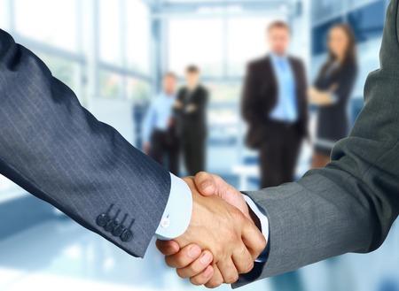 business smile: Socios de negocios d�ndose la mano en la oficina