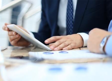 Conseiller d'affaires en analysant des données financières indiquant les progrès dans le travail de l'entreprise Banque d'images - 30790208