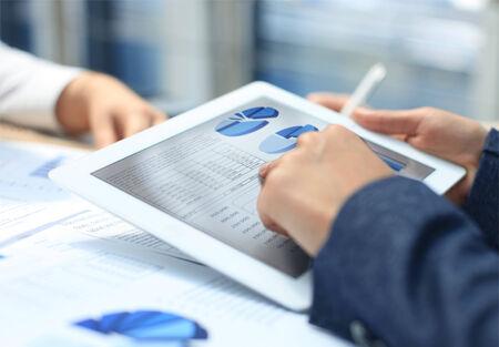 crecimiento personal: Imagen de la mano apuntando humana en las pantallas t�ctiles en el ambiente de trabajo en la reuni�n
