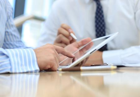 会社の仕事の進行状況を示す本誌の財務データを分析するビジネス顧問 写真素材