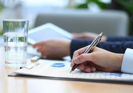 Bedrijfsadviseur analyseren van financiële cijfers ter aanduiding van de voortgang van de werkzaamheden van het bedrijf Stockfoto