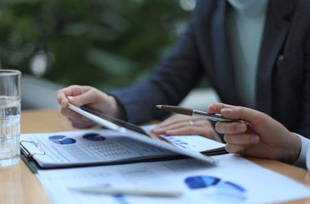 Conseiller en affaires en analysant des données financières indiquant les progrès dans le travail de l'entreprise Banque d'images - 35123125