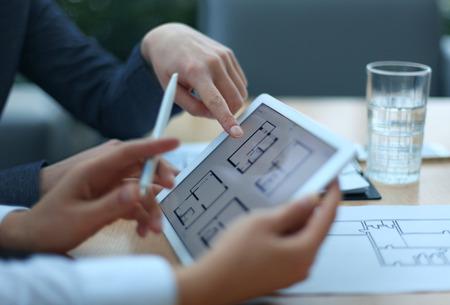 arquitecto: Agente de bienes ra�ces que muestra los planes de vivienda en la tableta electr�nica Foto de archivo