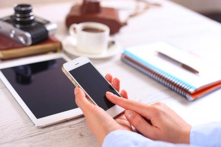 デジタル タブレット コンピューターと携帯電話と現代の職場