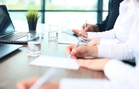 empresas: Asesor de negocios que analiza figuras financieras que denotan el progreso en el trabajo de la compa��a