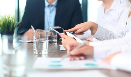 Asesor de negocios que analiza figuras financieras que denotan el progreso en el trabajo de la compañía Foto de archivo - 40549597