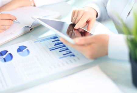Asesor de negocios que analiza figuras financieras que denotan el progreso en el trabajo de la compañía Foto de archivo - 40833303