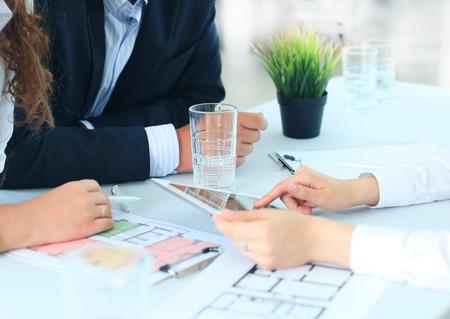 電子タブレット上の家の計画を示す不動産エージェント