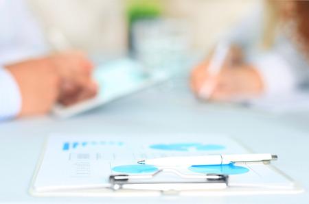 revisando documentos: Documento de negocios sobre los antecedentes de los empleados que interact�an en la reuni�n