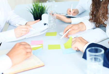 회의에서 서류와 함께 작동하는 사업 사람들의 이미지 스톡 콘텐츠