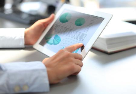 estadistica: Imagen de la mano apuntando humana en pantalla táctil