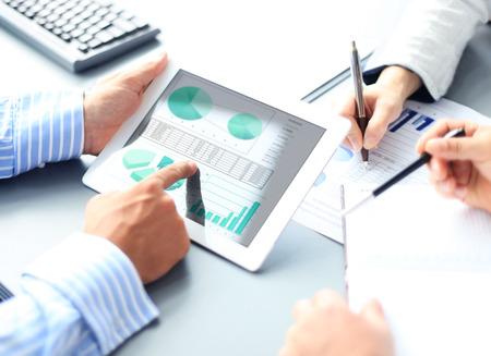 datos personales: Imagen de la mano apuntando humana en la pantalla táctil en el ambiente de trabajo en la reunión