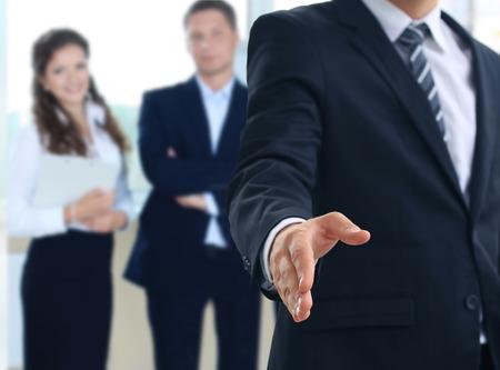 buen trato: Un hombre de negocios con una mano abierta listo para sellar un acuerdo Foto de archivo