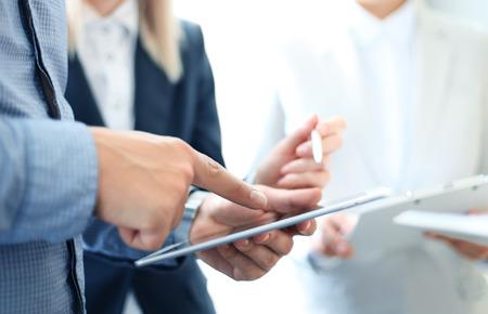 Unternehmensberater analysieren Finanzzahlen bezeichnet die Fortschritte bei der Arbeit des Unternehmens Standard-Bild - 45261581