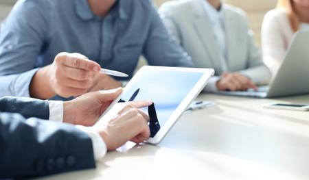 entreprise: conseiller en affaires en analysant des données financières indiquant les progrès dans le travail de l'entreprise