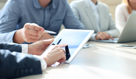 business: Conselheiro de negócio que analisa dados financeiros que denotam o progresso no trabalho da empresa