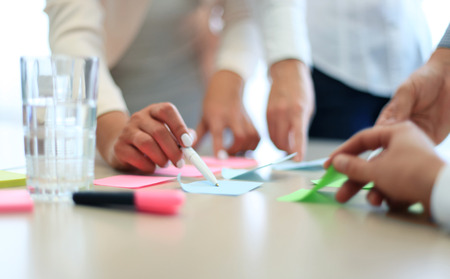 사업 사람들의 이미지는 회의에서 서류와 함께 작업 손