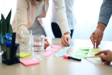 empresas: Trabajo con documentos de la reuni�n de manos de la imagen de la gente de negocios