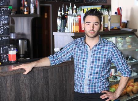 彼のカフェで働く中小企業のオーナー