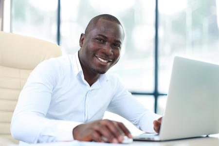 razas de personas: Imagen de hombre afroamericano que trabaja en su computadora portátil Foto de archivo