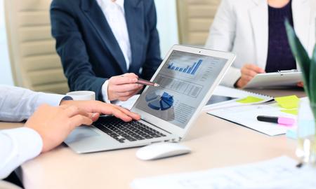 Conseiller en affaires en analysant des données financières indiquant les progrès dans le travail de l'entreprise Banque d'images - 48818662
