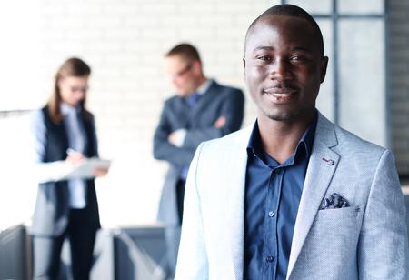 conclusion: hombre de negocios negro feliz con la gente en el fondo Foto de archivo