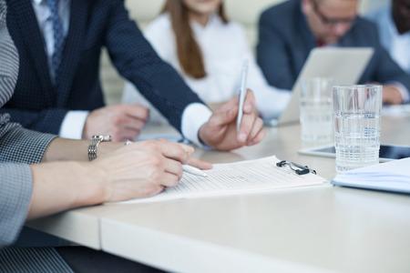 Image de mains des gens d'affaires travaillant avec des papiers ? r?pondre