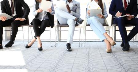 취업 면접을 기다리는 사업 사람들