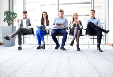 就職の面接を待っているビジネス人々